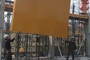 地上で組み立てた壁型枠を、クレーンを使用して吊り上げているところです。